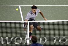 Le Suisse Roger Federer, tête de série n°2, s'est qualifié mercredi pour les quarts de finale du tournoi ATP de Dubaï en battant facilement l'Espagnol Marcel Granollers 6-3 6-4. /Photo prise le 27 février 2013/REUTERS/Ahmed Jadallah