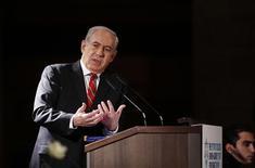 """Premiê israelense, Benjamin Netanyahu, faz discurso para o conselho de governadores da Agência Judaica, em Jerusalém. Netanyahu pediu à comunidade internacional que ameace o Irã com """"sanções militares"""", dizendo que as medidas econômicas não estão contendo as intenções nucleares de Teerã. 18/02/2013 REUTERS/Baz Ratner"""
