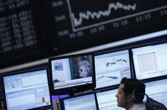 La Bolsa de Madrid cerró la sesión del miércoles con un avance del 1,95 por ciento y con cierta sensación de alivio tras comprobar que el fuerte retroceso de la víspera por la incertidumbre tras las elecciones en Italia no impidió una subasta airosa del país transalpino. En la imagen, un opearador mira una pantalla de televisión con información sobre las elecciones itaianas en la bols de Fráncfort, el 26 de febrero de 2013. REUTERS/Lisi Niesner