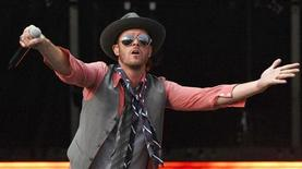 Scott Weiland of the band Stone Temple Pilots performs at Virgin Mobile Festival in Baltimore August 10, 2008. REUTERS/Bill Auth