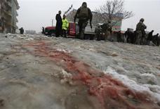 Un policía afgano drogó a 17 compañeros y posteriormente los mató a tiros con la ayuda de los talibanes, dijeron las autoridades el miércoles, en el último de una serie de ataques contra las fuerzas de seguridad del país asiático cometidos desde el interior de sus filas. Imagen de la sangre en la nieve tras un atentado suicida enKabul el 27 de febrero en el que al menos siete militares afganos resultaron heridos. REUTERS/Omar Sobhani