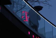 L'excédent brut d'exploitation de Deutsche Telekom a baissé de 13% au quatrième trimestre, après avoir été affecté par la faiblesse du marché de la téléphonie mobile en Allemagne et dans le reste de l'Europe. /Photo prise le 5 décembre 2012/REUTERS/Ina Fassbender