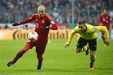 Arjen Robben, du Bayern Munich (à gauche), poursuivi par Sven Bender, du Borussia Dortmund, mercredi à Munich. Un but spectaculaire de l'attaquant néerlandais en première période a permis mercredi au Bayern de se qualifier pour les demi-finales de la Coupe d'Allemagne en dominant son grand rival Dortmund 1-0. /Photo prise le 28 février 2013/REUTERS/Michaela Rehle
