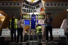 El grupo IAG, que incluye las aerolíneas BA e Iberia, cerró el año pasado con unas pérdidas de 635 millones de euros frente a un beneficio de 512 millones de euros en el año anterior, según las cuentas financieras registradas en la CNMV. Imagen de unos trabajadores de Iberia en los mostradores de British Airways en el aeropuerto madrileño de Barajas durante la huelga del 18 de febrero. REUTERS/Susana Vera