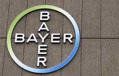 Логотип Bayer на здании фабрики в Берлине, 28 апреля 2011 года. Прогноз базовой прибыли крупнейшего немецкого фармацевта Bayer на 2013 год был немного ниже средних ожиданий аналитиков на фоне обострения конкуренции на рынке лекарств. REUTERS/Fabrizio Bensch