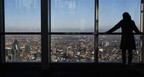 Vue du quartier financier de Londres, la City. Les dirigeants des banques européennes pourraient voir leurs primes strictement encadrées dès l'année prochaine après l'accord conclu jeudi à Bruxelles entre responsables européens soucieux de répondre au vif mécontentement du public à l'égard du secteur financier. /Photo prise le 9 janvier 2013/REUTERS/Luke Macgregor