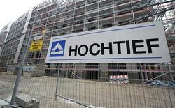 Логотип Hochtief на стройке в центре Гамбурга 26 февраля 2013 года. Немецкий строительный гигант Hochtief, принадлежащий испанской группе ACS, может продать около половины своего европейского бизнеса, чтобы сконцентрироваться на инфраструктурных услугах. REUTERS/Fabian Bimmer