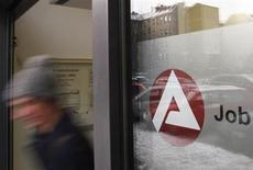 Le nombre de chômeurs en Allemagne a reculé de 3.000 pour s'établir à 2,917 millions au lieu des 5.000 prévus en moyenne par les 29 économistes interrogés par Reuters. /Photo d'archives/REUTERS/Thomas Peter