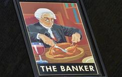 """Los banqueros en Europa verán sus primas limitadas el próximo año, después de que el jueves se alcanzara un acuerdo en Bruselas que introduciría los topes salariales más estrictos del mundo y con el que los políticos esperan disminuir el malestar social hacia la avaricia del sector financiero. Imagen del cartel del pub """"The Banker"""" en la City londinense el 19 de febrero. REUTERS/Toby Melville"""