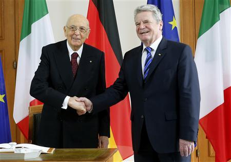 Italy's President Giorgio Napolitano (L) is welcomed by his German counterpart Joachim Gauck upon his arrival at Bellevue palace in Berlin February 28, 2013. REUTERS/Fabrizio Bensch