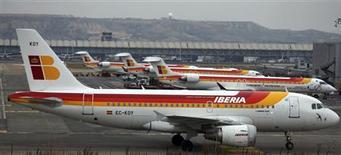 International Airlines Group, groupe créé par la fusion de British Airways et Iberia, a subi une perte nette de 68 millions d'euros en 2012 en raison des mauvaises performances de la compagnie espagnole et d'une hausse des prix du carburant. /Photo prise le 28 février 2013/REUTERS/Sergio Perez