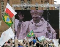 """Imagem de vídeo do papa Bento 16 é projetada em telão para milhares de fiéis durante missa a céu aberto diante da Basílica de Nossa Senhora Aparecida, na cidade de Aparecida, em maio de 2007. A presidente Dilma Rousseff recordou os gestos de apreço do papa Bento 16 com o Brasil ao longo de seu pontificado e desejou """"saúde e paz"""" ao pontífice em sua nova fase, em mensagem enviada no último dia do papado de Bento. 13/05/2007 REUTERS/Paulo Whitaker"""