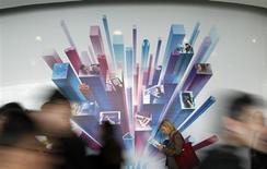 """Les objets connectés et """"intelligents"""", des machines à café aux vélos en passant par les voitures et les habitations, ont dominé le salon du mobile à Barcelone, qui s'achève ce jeudi. /Photo prise le 26 février 2013/REUTERS/Albert Gea"""