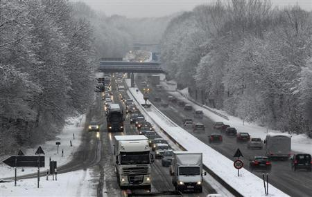 A heavy traffic is pictured on a snow covered motorway in Bochum February 6, 2013. Heavy snowfalls over the past hours caused over 600 km traffic jams in North-Rhine Westphalia. REUTERS/Ina Fassbender (GERMANY - Tags: ENVIRONMENT TRANSPORT) - RTR3DEGW
