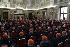 Encore pape pour quelques heures -sa renonciation prendra effet à 20h-, Benoît XVI a fait jeudi des adieux empreints d'émotion aux cardinaux qui éliront bientôt son successeur, auquel il a promis sa soumission inconditionnelle. /Photo prise le 28 février 2013/REUTERS/Osservatore Romano