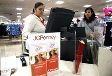 J.C. Penney chutait de plus de 16% jeudi à Wall Street après avoir fait état d'un plongeon de plus de 30% de ses ventes au quatrième trimestre, qui comprend la saison des fêtes. La chaîne de grands magasins américaine a annoncé un recul de 31,7% de ses ventes à magasins constants sur la période, alors que les analystes financiers avaient anticipé un recul de 27,8%. /Photo d'archives/REUTERS/Rick Wilking