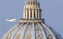 Helicóptero que transporta papa Bento 16 decola de dentro do Vaticano a caminho da residência papal de verão em Castelgandolfo. 28/02/2013 REUTERS/Alessandro Bianchi