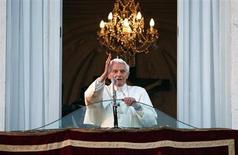 O papa Bento 16 abençoa seus fiéis pela última vez da varanda de sua residência de verão em Castelgandolfo. 28/02/2013 REUTERS/Tony Gentile