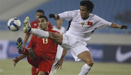Vietnam's Le Phuoc Tu (R) and Lebanon's Akram Moghrabi fight for the ball during their AFC Asian Cup 2011 qualifying match at My Dinh stadium in Hanoi January 14, 2009. REUTERS/Kham