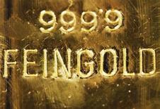 Слиток золота на заводе в Вене, 28 февраля 2011 года. Цены на золото держатся вблизи $1.580 за тройскую унцию при поддержке физического рынка в Китае, но укрепление доллара и слабеющий интерес инвесторов угрожают дальнейшим снижением цен после сильнейшего за девять месяцев падения в феврале. REUTERS/Lisi Niesner