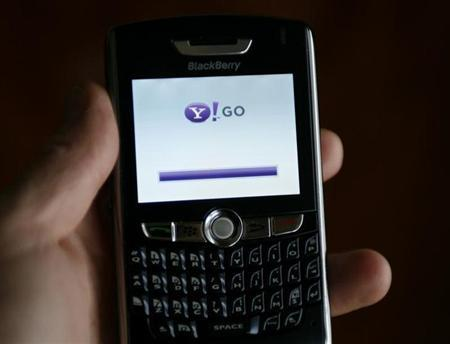 Yahoo Inc's mobile phone product ''Yahoo! Go'' loads on a phone in California May 5, 2008. REUTERS/Mike Blake/Files
