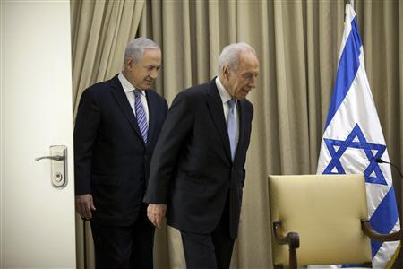 Israeli President Shimon Peres (R) walks with Israeli Prime Minister Benjamin Netanyahu before a brief ceremony at the president's residence in Jerusalem March 2, 2013. REUTERS/Uriel Sinai/Pool