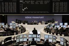 Les Bourses européennes poursuivaient leur baisse à mi-séance lundi, dans un contexte d'incertitudes liées aux coupes budgétaires aux Etats-Unis, à l'impasse politique en Italie et à l'annonce par la Chine de statistiques décevantes et d'un contrôle accru sur l'immobilier. À Paris, le CAC 40 perd 0,08% à 3.696,08 points vers 11h45 GMT. À Francfort, le Dax recule de 0,55% et à Londres, le FTSE baisse de 0,62%. /Photo prise le 4 mars 2013/REUTERS/Remote/Janine Eggert