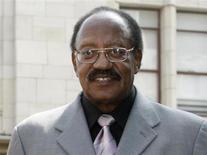 Bobby Rogers participa de cerimônia na Calçada da Fama em Hollywood, EUA. O cantor Bobby Rogers, um dos fundadores do grupo Miracles, que fez sucesso na gravadora Motown, morreu no domingo em um subúrbio de Detroit, após uma prolongada doença, segundo parentes e pessoas próximas ao artista, que tinha 73 anos. 20/03/2009 REUTERS/Fred Prouser/Arquivo