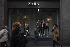 People walk by one of Zara's stores in central Madrid December 14, 2011. REUTERS/Susana Vera