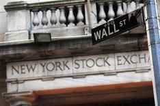 Уличный указатель возле здания Нью-Йоркской фондовой биржи 4 марта 2013 года. Американские акции выросли в понедельник в соответствии с последней тенденцией роста покупок после падения котировок, что позволило основным индексам приблизиться к рекордным отметкам. REUTERS/Brendan McDermid