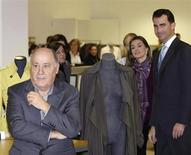 Spain's Princess Letizia and Crown Prince Felipe (R) stand next to chairman of Spanish global fashion group Inditex, Amancio Ortega (L), during a visit to an Inditex factory in Coruna, northern Spain December 2, 2008. REUTERS/Miguel Vidal