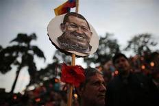 """Мужчина участвует в молитвенной мессе за здравие президента Венесуэлы Уго Чавеса в Каракасе 22 февраля 2013 года. У президента Венесуэлы Уго Чавеса ухудшились проблемы с дыханием и обнаружилась новая """"тяжелая"""" респираторная инфекция, сообщило правительство страны. REUTERS/Jorge Silva"""