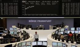 En place de Francfort, où le DAX progressait de 1,52% vers 12h45. Au même moment, le CAC 40 gagnait 1,15%, les marchés européens accentuant leurs gains à mi-séance sur fond d'anticipations de poursuite des politiques monétaires ultra-accommodantes des banques centrales. /Photo prise le 5 mars 2013/REUTERS/Remote/Janine Eggert
