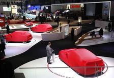 Les ventes de nouvelles voitures en Europe ont été plus faibles que prévu au cours des deux premiers mois de l'année et certains des constructeurs automobiles européens réunis à Genève ont dit mardi ne pas voir d'amélioration sensible de ce marché avant plusieurs années. /Photo prise le 4 mars 2013/REUTERS/Denis Balibouse