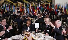Участники ланча в рамках Всемирного саммита 2005 года и 60-й Генассамблеи ООН в Нью-Йорке 14 сентября 2005 года. Представитель США призвал в понедельник ввести запрет на появление дипломатов в пьяном виде на дебатах по бюджетным вопросам в ООН. REUTERS/Andrew Meares/Pool