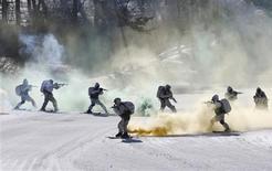 Soldados sul-coreanos e norte-americanos participam de exercício militar de inverno em Pyeongchang, 180 km a leste de Seul. A Coreia do Norte disse nesta terça-feira que irá abandonar o armistício assinado em 1953, que encerrou um conflito de três anos com a rival Coreia do Sul, caso o Sul e os EUA continuem com os exercícios militares anuais. 07/02/2013 REUTERS/Lee Jae-Won
