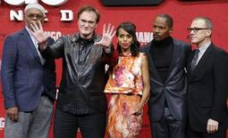 """Cast members Samuel L. Jackson (L-R) Quentin Tarantino, Kerry Washington, Jamie Foxx and Christoph Waltz pose on the red carpet for the German premiere for Tarantino's latest movie """"Django Unchained"""" in Berlin January 8, 2013. REUTERS/Tobias Schwarz"""