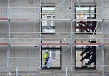 Рабочий строительной компании Hochtief на строительной площадке в Гамбурге 26 февраля 2013 года. Экономика еврозоны в четвертом квартале 2012 года пострадала от сокращения инвестиций и нежелания потребителей тратить средства даже на Рождество. REUTERS/Fabian Bimmer