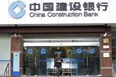 """Мужчина выходит из отделения China Construction Bank в Шанхае 29 октября 2010 года. Один из крупнейших банков мира - китайский China Construction Bank (CCB) - открывает """"дочку"""" в РФ с уставным капиталом 4,2 миллиарда рублей, следует из информации на сайте Банка России. REUTERS/Aly Song"""