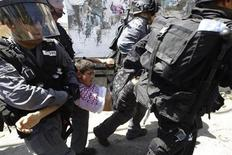 Los niños palestinos detenidos por el Ejército israelí son sometidos a un maltrato extendido y sistemático que viola el derecho internacional, según un informe publicado el miércoles por UNICEF. Imagen de archivo de un chico palestino detenido por soldados israelíes por lanzar piedras en el barrio de Isawiya, en Jerusalén este, en mayo de 2012. REUTERS/Ammar Awad