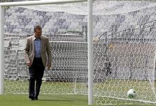 Secretário-geral da Fifa, Jérôme Valcke, observa bola durante visita ao estádio do Mineirão, em Belo Horizonte. Valcke manifestou nesta quarta-feira satisfação com o estádio e disse que os problemas na partida de abertura foram normais e positivos, pois há tempo de corrigi-los para a Copa das Confederações. 06/03/2013 REUTERS/Washington Alves