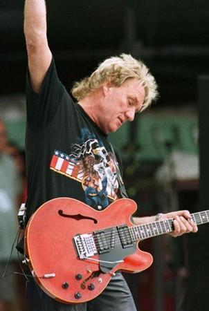 British blues guitarist Alvin Lee of ''Ten Years After'' performs in Bethel August 14, 1998. REUTERS