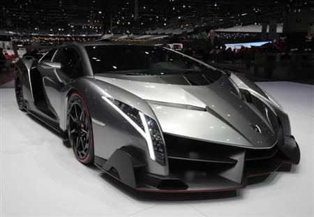 3月6日、スイスで開催中のジュネーブモーターショーで世界限定3台、値段は300万ユーロ(約3億7000万円)のランボルギーニ「ヴェネーノ」が公開された(2013年 ロイター/Denis Balibouse)