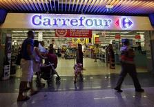 Carrefour fait état jeudi d'un résultat opérationnel annuel en léger recul, la forte baisse de ses performances en Europe et en Asie ayant été compensée par une solide progression en Amérique latine. /Photo d'archives/REUTERS/Eric Gaillard