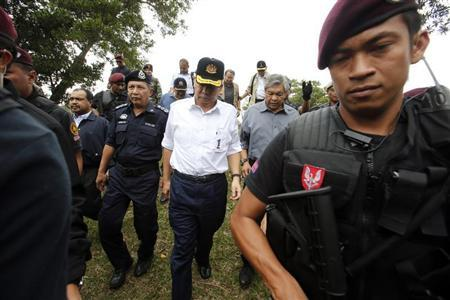 Malaysia's Prime Minister Najib Razak (C), accompanied by Defence Minister Zahid Hamidi (2nd L) and police chief Ismail Omar, arrives in Felda Sahabat near Kampung Tanduo, where troops stormed the camp of an armed Filipino group, in Lahad Datu, Sabah state March 7, 2013. REUTERS/Bazuki Muhammad