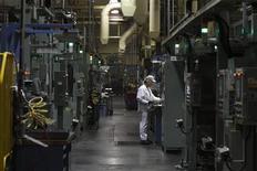 La productivité non agricole des Etats-Unis s'est contractée au quatrième trimestre à son rythme le plus soutenu depuis quatre ans mais ce recul devrait être éphémère dans la mesure où l'on s'attend à ce que la croissance économique s'accélère après avoir stagné fin 2012. La production a diminué de 1,9% annuel. /Photo d'archives/REUTERS/Paul Vernon