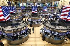 Wall Street a ouvert en légère hausse jeudi, au lendemain d'un nouveau record de clôture de l'indice Dow Jones, stimulée par la baisse inattendue des inscriptions au chômage aux Etats-Unis. Quelques minutes après l'ouverture, le Dow Jones gagnait 0,23%, le Standard & Poor's 500 progressait de 0,13% et le Nasdaq Composite prenait 0,06%. /Photo prise le 5 mars 2013/REUTERS/Brendan McDermid