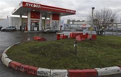 АЗС Лукойла в Санкт-Петербурге 27 ноября 2012 года. Чистая прибыль второго по величине российского нефтедобытчика Лукойла выросла по итогам 2012 года на 6 процентов, несмотря сокращение добычи нефти в прошлом году. REUTERS/Alexander Demianchuk