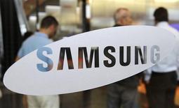 Imagen de archivo del logo de Samsung Electronic en la casa matriz de la firma en Seúl, jul 7 2010. Samsung Electronics Co invertirá 110 millones de dólares en Sharp Corp, con lo que ampliará su base de proveedores, obtendrá acceso a la tecnología de pantallas delgadas de bajo consumo y le permitirá poner un pie en la puerta de uno de los abastecedores asiáticos clave de la estadounidense Apple Inc. REUTERS/Truth Leem