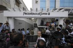 Media persons and policemen gather outside the office of PricewaterhouseCoopers (PWC), the auditors of Satyam Computers Services, in the southern Indian city of Hyderabad January 13, 2009. REUTERS/Krishnendu Halder